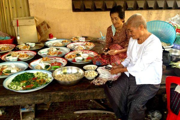 Cambodia photo blog - Preparing breakfast for the monks